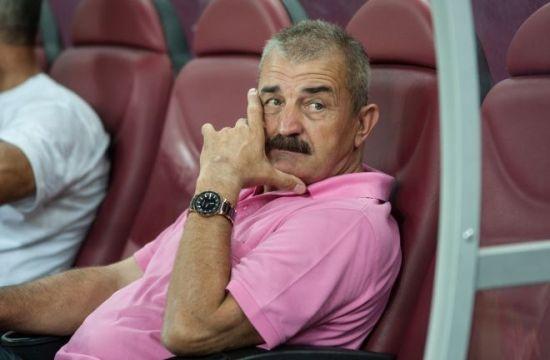 """Ionuţ Popa """"încălzeşte"""" jucătorii la Sebiş"""