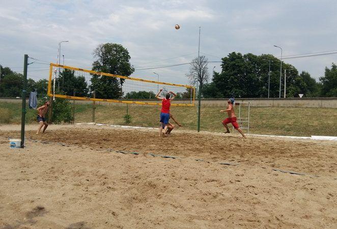 640 de tone de nisip stau la baza unui nou teren de volei pe plajă în Arad