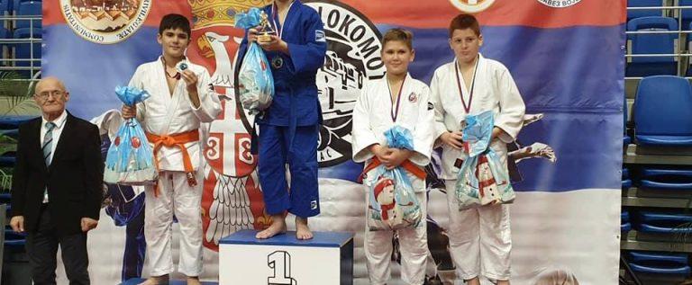 Micii judoka arădeni s-au remarcat pe tatami, la Vârseţ