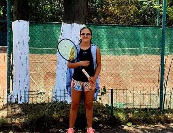"""O tenismenă din Arad, în sferturi la """"Naționalele"""" U14 de la București."""
