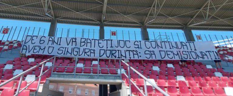 """Suporterii UTA-ei cer demisii din peluza stadionului: """"De 6 ani vă bateți joc și continuați…"""""""